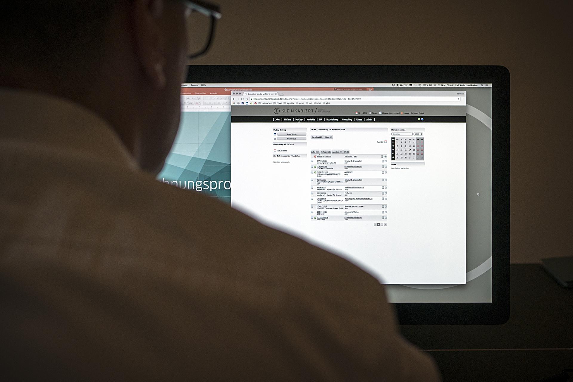 Mann vor Computerbildschirm mit Planungstool