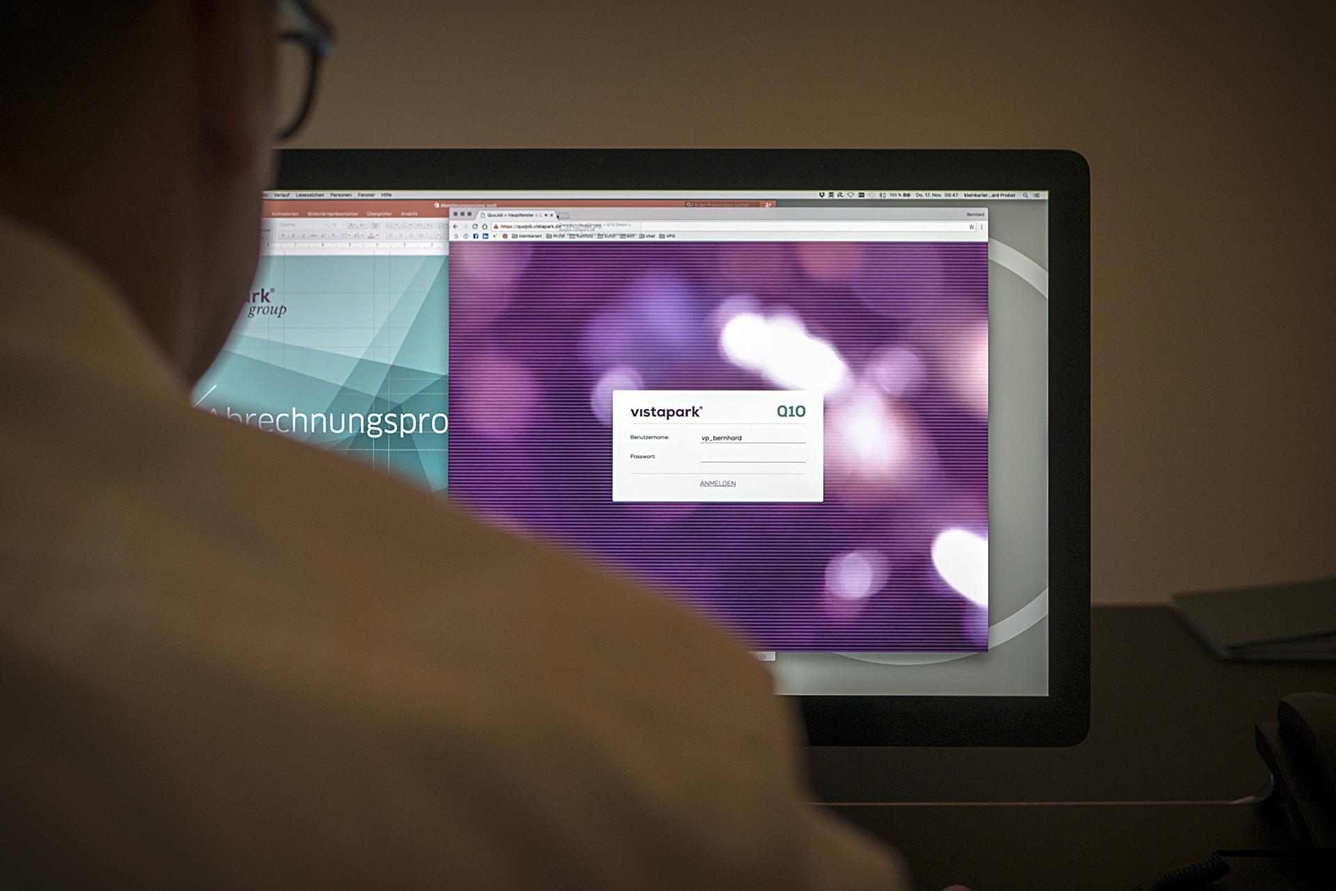 Unternehmensberater richtet Software ein