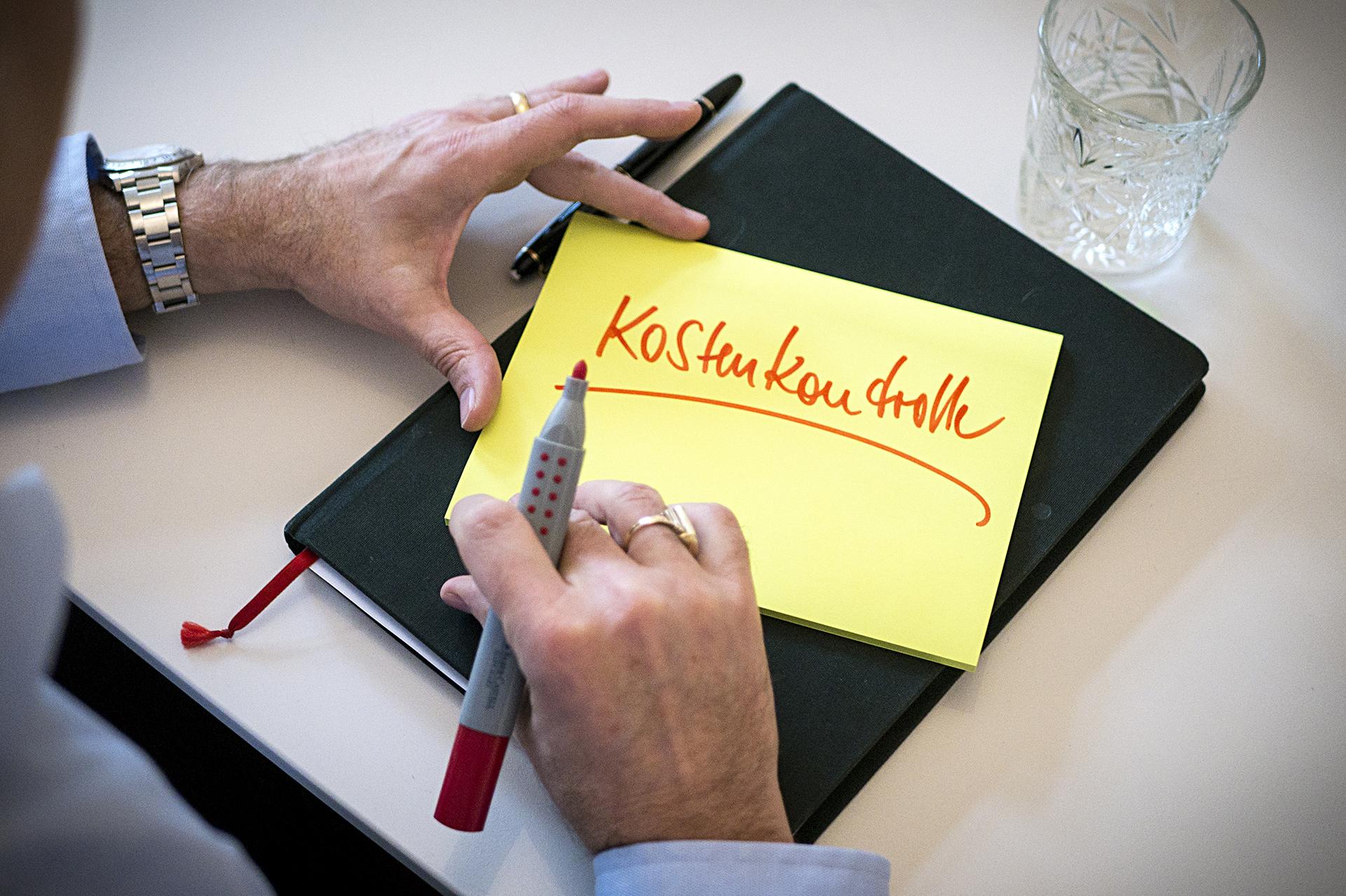 gelbes Post It Merkzettel für Kostenkontrolle